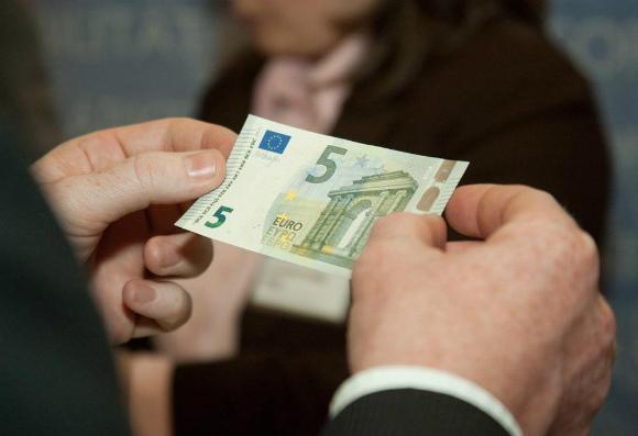 Les nouveaux billets de 5 € sont en circulation