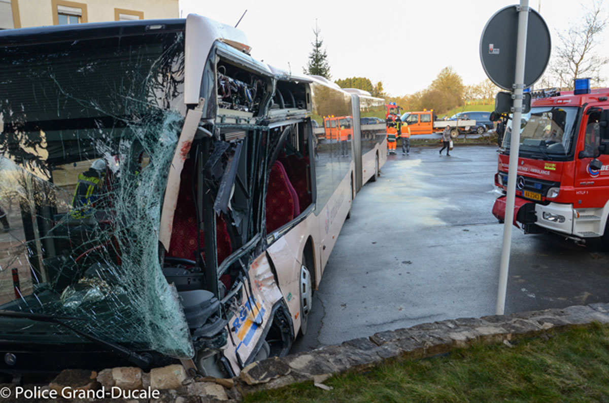Accident entre un bus et un camion au luxembourg 15 bless s for Piscine au luxembourg